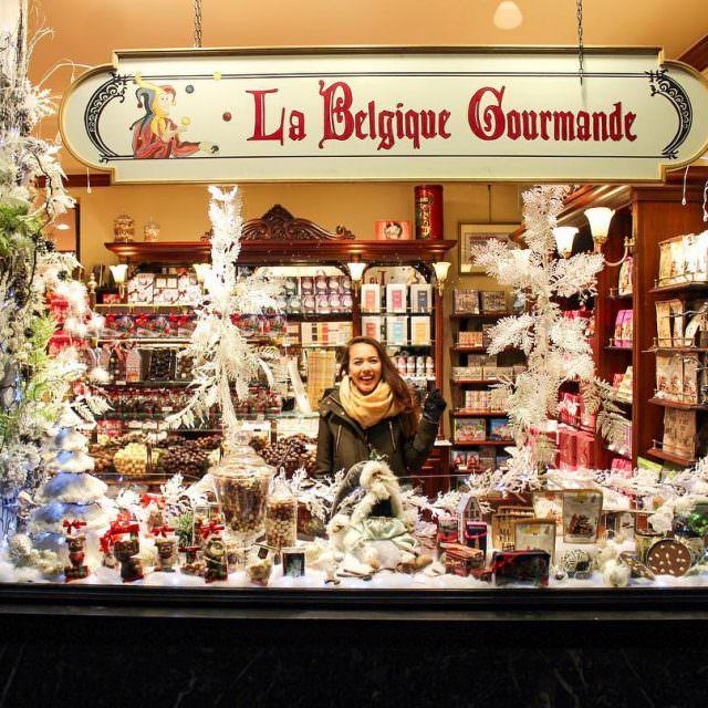 Brkselde Galeries Royalin iindeki bir ikolata dkkanndan mutlu pazarlar Geenhellip